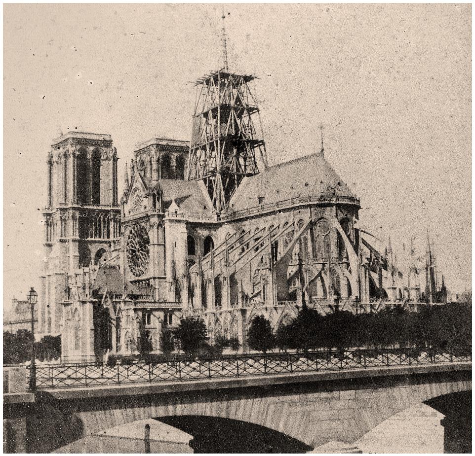 La flèche della Cattedrale di Notre Dame de Paris durante la costruzione a metà Ottocento.